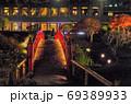 夜景、朱塗りの欄干が美しい日本庭園とホテルの窓 69389933