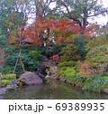 小さな滝のある日本庭園、紅葉が美しい 69389935