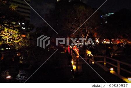 日本的な朱塗りの太鼓橋、ライトアップの夜景 69389937