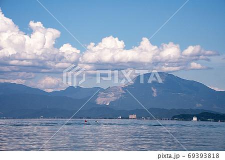 入道雲の湧く夏の琵琶湖の情景と伊吹山 69393818