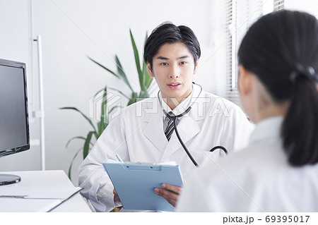 女性会社員を診察する日本人男性ドクター 69395017