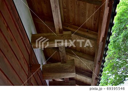 日本家屋の軒下、屋外に飛び出している曲がり梁 69395546