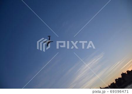 エーヤワディー川上から見た飛行機とパゴダ 69396471