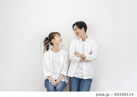 若い男女 カップル イメージ 69398114