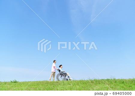 シニア女性、介護、車椅子、青空 69405000