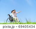 シニア女性、介護、車椅子、青空 69405434