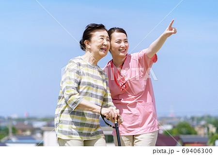 シニア女性、介護、杖、青空 69406300