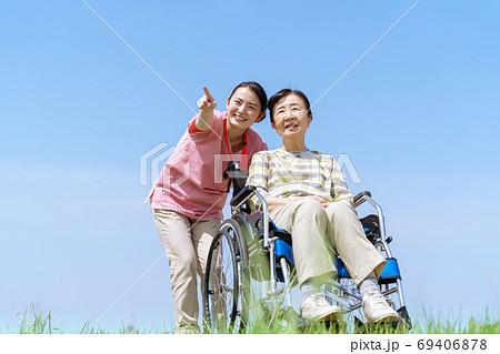 シニア女性、介護、車椅子、青空 69406878