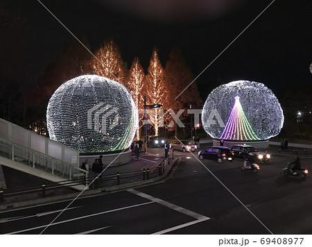 クリスマス 一途な愛を見守るヤマモモの木 69408977