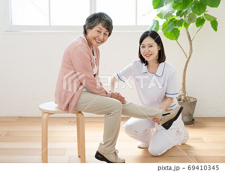 リハビリを介助する介護士 69410345