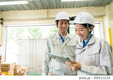 物流倉庫で働く作業員の男女 69411258
