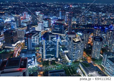 横浜・みなとみらいのオフィス街の夜景 69411362