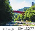 奥多摩の多摩川の昭和橋 69413277