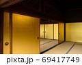 日本家屋の豪華な金の襖 69417749