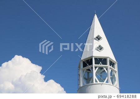 神奈川県三浦半島の南端にある城ヶ島公園の安房埼灯台の突端と雲 69418288