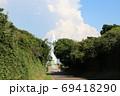 神奈川県三浦半島の南端にある城ヶ島公園内の遊歩道からの安房埼灯台と夏の雲 69418290