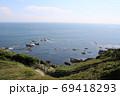 神奈川県三浦半島の南端にある城ヶ島公園から岩場へ続く遊歩道 69418293