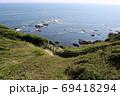 神奈川県三浦半島の南端にある城ヶ島公園から岩場と海をのぞむ 69418294