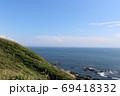 神奈川県三浦半島の南端にある城ヶ島公園と岩場と海をのぞむ 69418332