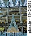横浜ランドマークタワー、クリスマスツリーイルミネーション、雪降る白い森の奇跡 69424251