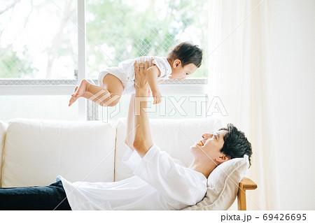 父親に抱えられる赤ちゃん 69426695