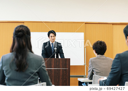 講演会で話す男性 69427427