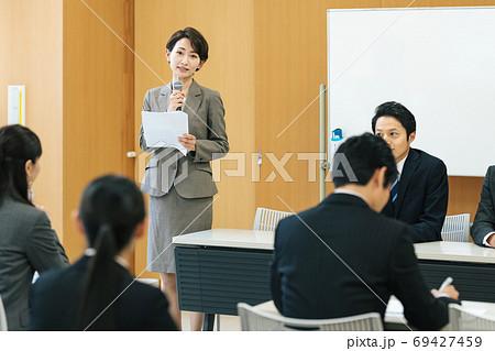 イベントの司会をする女性 69427459