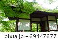 緑が鮮やかな山門 69447677