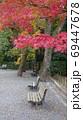 紅葉シーズンの公園 69447678