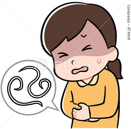 寄生虫による腹痛に苦しむ女の子 69448401