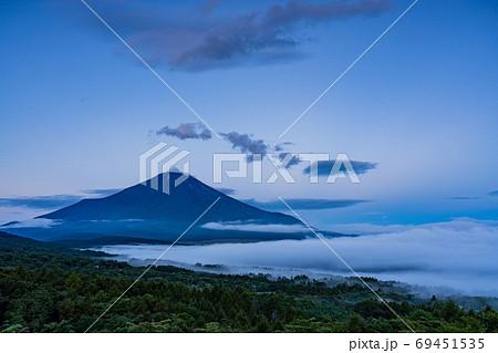 (山梨県)山中湖パノラマ台から、富士山の夜明け 69451535