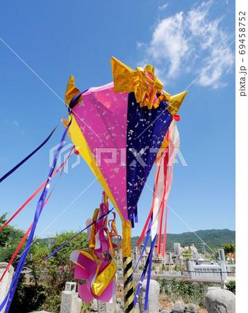 広島のお盆 墓を飾る色朝やかな紙灯籠 69458752