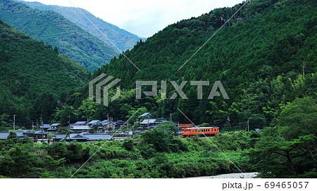 田舎を走る電車 69465057