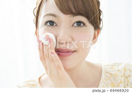 化粧をする女性 69466920