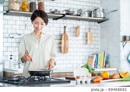 キッチンで調理をするミドルの女性 69468692