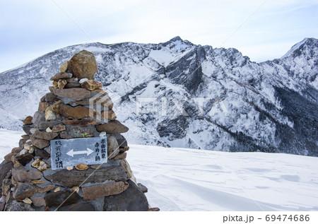長野県の諏訪にある日本百名山(八ヶ岳)の赤岩ノ頭のケルンと標識 69474686