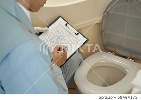 住宅の水回りのチェックをする日本人男性作業員 69484175