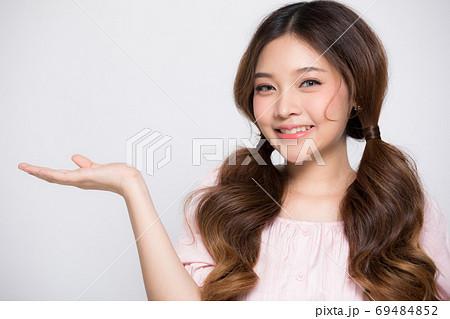 手先でポーズをする可愛い女性モデルの人物素材 69484852