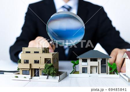 ビジネスマンと住宅模型 69485841