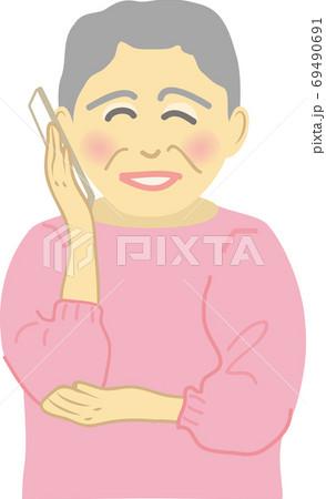 笑顔でスマホで通話するシニア女性 69490691