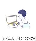 ノートパソコンを使っている男性 後ろ姿 69497470