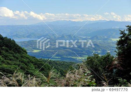 夏空に見渡す磐梯山ゴールドラインから臨む猪苗代湖の眺め 69497770