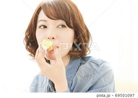 クラッカーを食べる女性 69501097