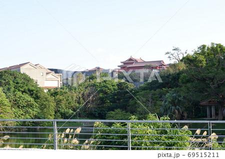 龍潭越しに見る首里城・正殿(沖縄) 69515211