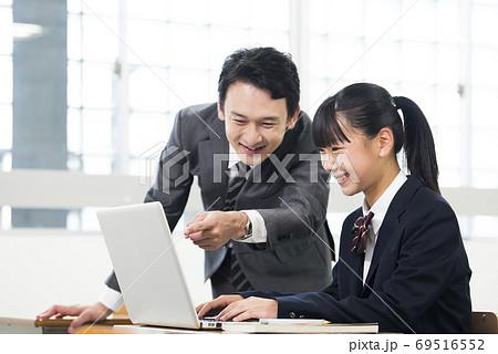 パソコンの授業を受ける女子中学生 69516552