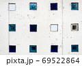 コンクリートの壁と小さな窓 69522864