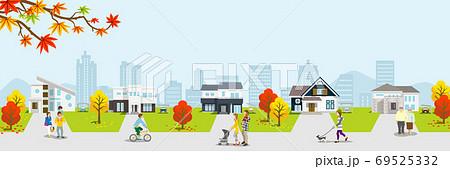 秋の住宅街 人物つき バナー比率 69525332