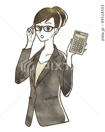電卓を持っているスーツ姿の女性 69528503