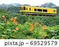いすみ鉄道「雨上がりの山間部を走る列車」 69529579
