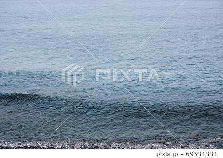 穏やかな海面のモノトーンイメージ 69531331